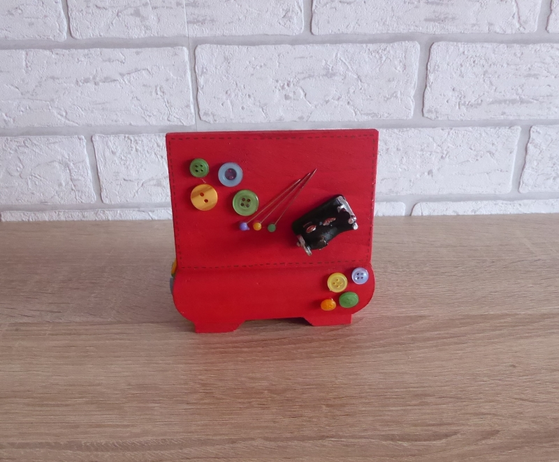 Kleinesbild - Geschenkverpackung Holztruhe verziert mit Metallnähmaschine und Knöpfen