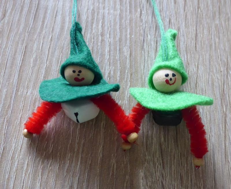 Kleinesbild - vier kleine Filzwichtel mit Glöckchen - (2x grün-rot-weiß + 2x grün-rot-schwarz)