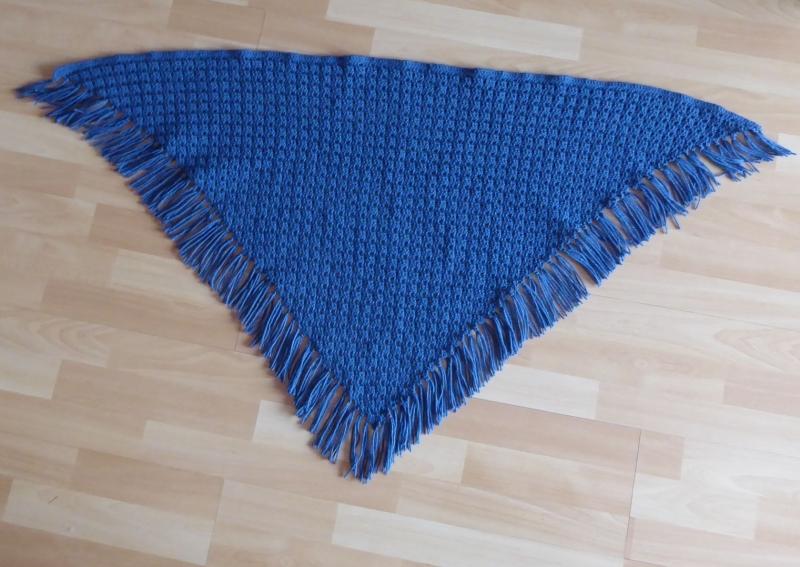 Kleinesbild - Gehäkeltes Dreieckstuch mit Franseln - blau (138 cm x 69 cm)