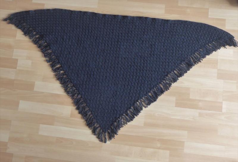 Kleinesbild - Gehäkeltes Dreieckstuch mit Franseln - schwarz (156 cm x 81 cm)