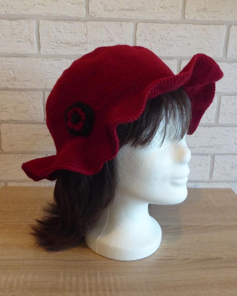 - Gehäkelter Hut mit Krempe und Häkelblume (dunkelrot-schwarz) Kopfumfang: ca. 60 cm  - Gehäkelter Hut mit Krempe und Häkelblume (dunkelrot-schwarz) Kopfumfang: ca. 60 cm