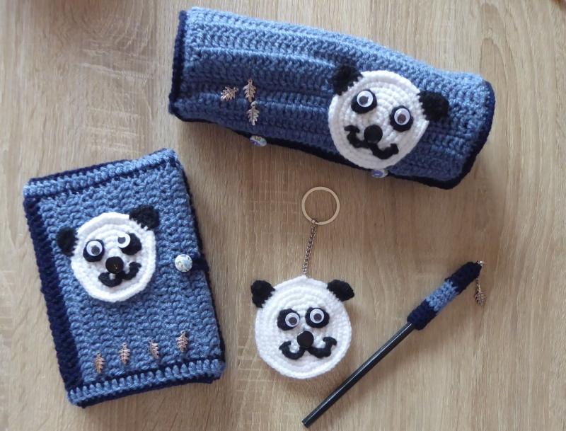 - Schreibset - umhäkeltes Notizbuch - Bleistift - Schlüsselanhänger Pandabär, Schlamperl -blau-schwarz-weiß - Schreibset - umhäkeltes Notizbuch - Bleistift - Schlüsselanhänger Pandabär, Schlamperl -blau-schwarz-weiß