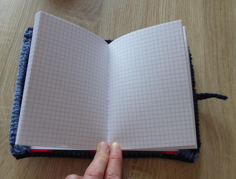 Kleinesbild - Schreibset - umhäkeltes Notizbuch - Bleistift - Schlüsselanhänger Pandabär, Schlamperl -blau-schwarz-weiß