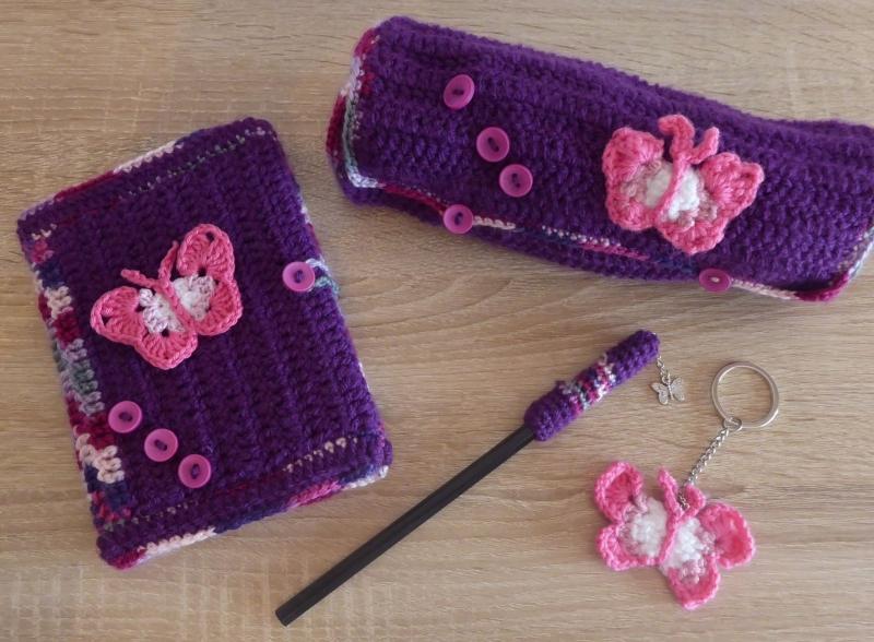 - Schreibset - umhäkeltes Notizbuch - Bleistift - Schlüsselanhänger Schmetterling, Schlamperl - rosa, lila, pink, weiß - Schreibset - umhäkeltes Notizbuch - Bleistift - Schlüsselanhänger Schmetterling, Schlamperl - rosa, lila, pink, weiß