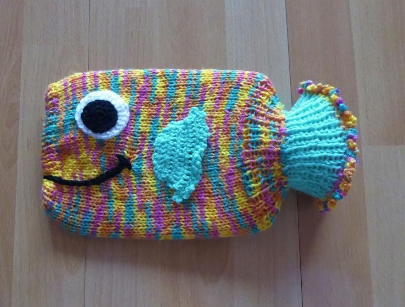 - Gestrickter Wärmflaschenbezug inkl. Wärmflasche (klein) - Fisch - Gestrickter Wärmflaschenbezug inkl. Wärmflasche (klein) - Fisch
