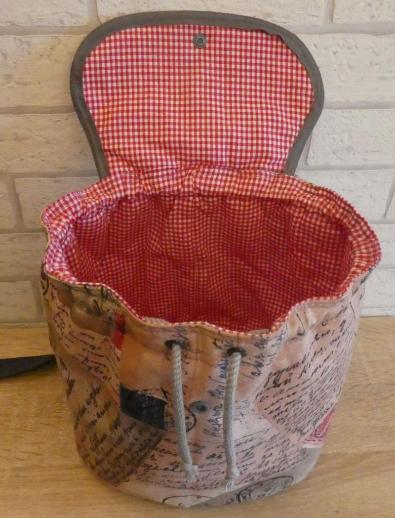 Kleinesbild - Genähter Rucksack (klein) mit gehäkeltem Taschenbaumler (Herzen) - mehrfarbig