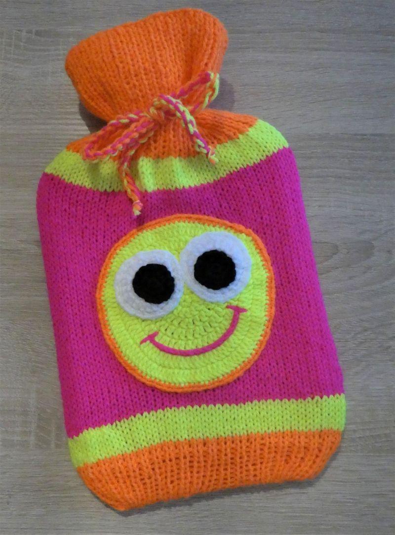 - Gestrickter Wärmflaschenbezug mit Smiley-Motiv (Neonfarben) inkl. Wärmflasche  - Gestrickter Wärmflaschenbezug mit Smiley-Motiv (Neonfarben) inkl. Wärmflasche