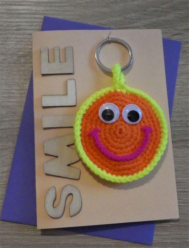 - Schlüsselanhänger / Taschenanhänger Smiley inkl. Grußkarte und Briefumschlag (neongelb/-orange/-pink und aprikot) - Schlüsselanhänger / Taschenanhänger Smiley inkl. Grußkarte und Briefumschlag (neongelb/-orange/-pink und aprikot)