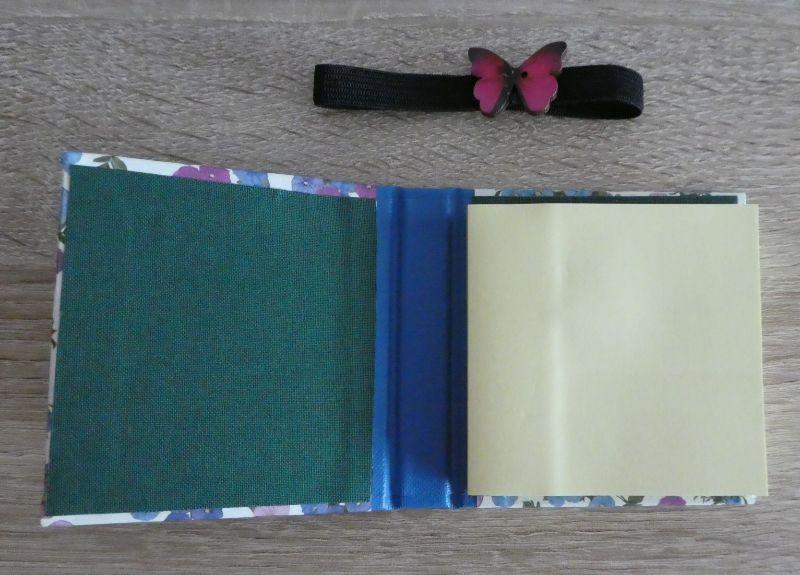 Kleinesbild - Hangefertigtes Haftnotizzettelbüchlein aus Papier und Buchleinen - blau,weiß,lila mit Schmetterling