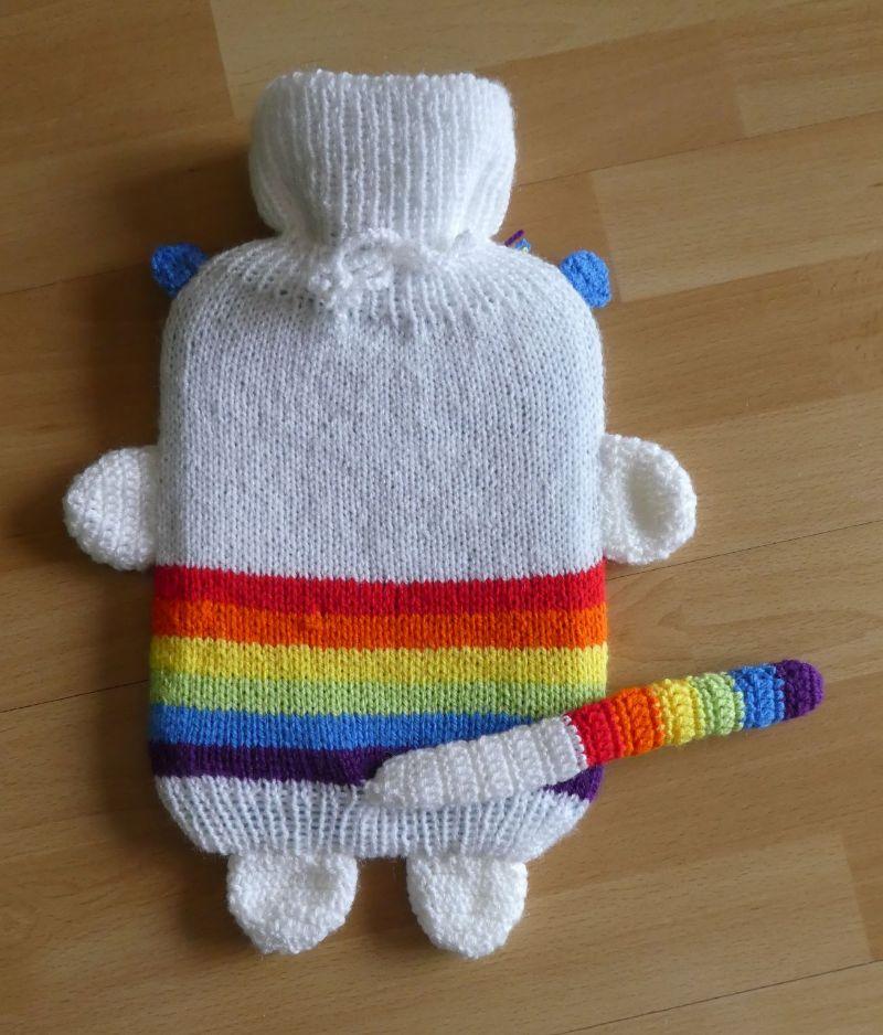 Kleinesbild - Gestrickter Wärmflaschenbezug - Katze - Regenbogen