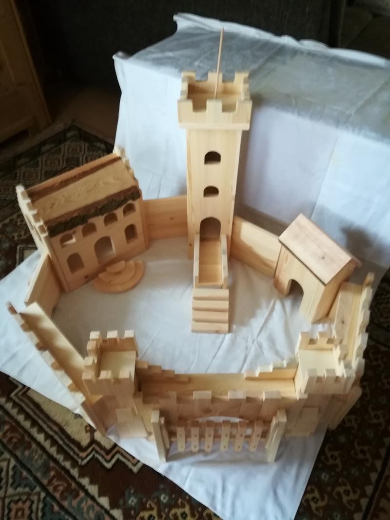 - Handgefertigte Ritterburg aus naturbelassenem Holz für kleine und große Ritter - Handgefertigte Ritterburg aus naturbelassenem Holz für kleine und große Ritter