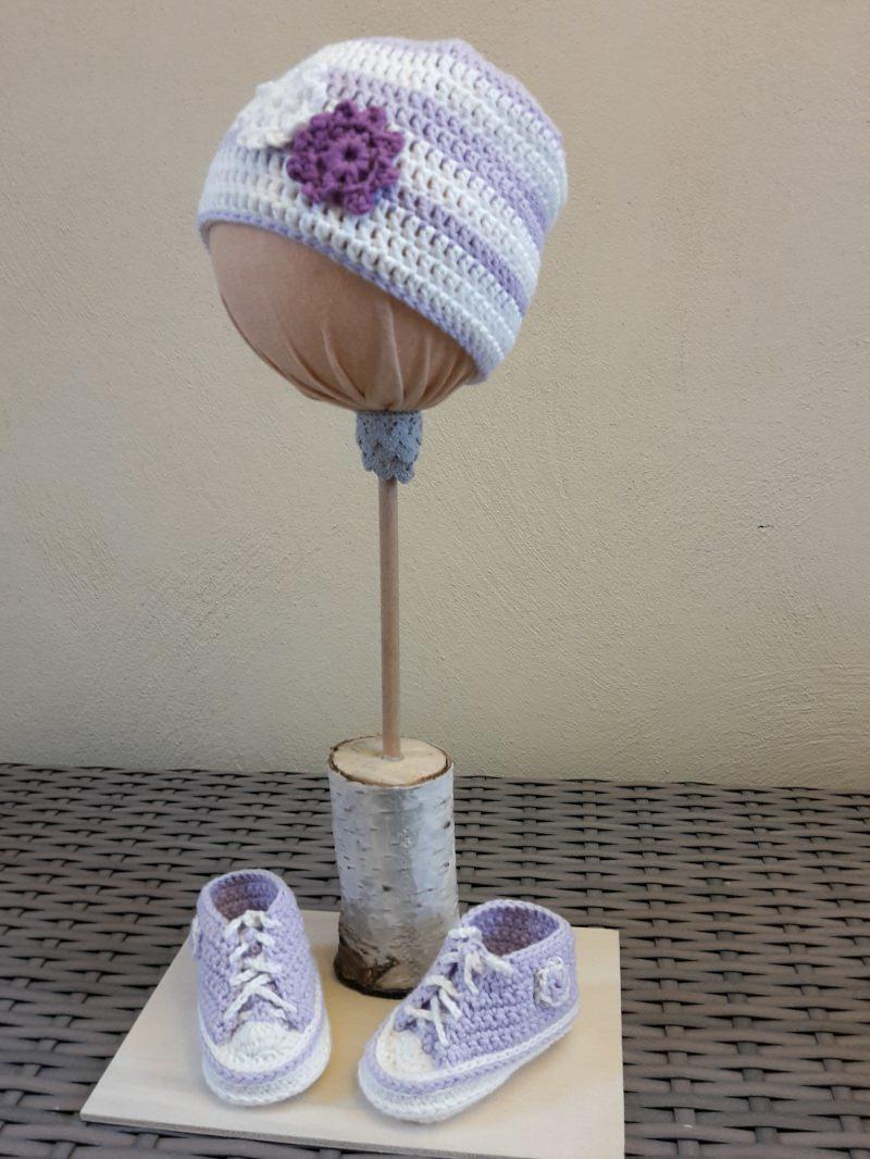 Kleinesbild - Gehäkelte Baby-Turnschuhe in flieder-weiß mit Beanie - ca. 3 Monate