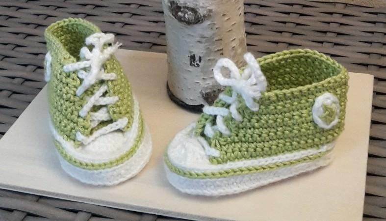 Kleinesbild - Gehäkelte Baby-Turnschuhe mit Beanie in Apfelgrün-weiß - ca. 3 Monate