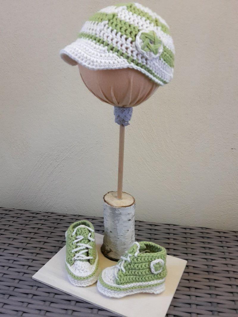 Kleinesbild - Gehäkelte Baby-Turnschuhe mit Basecap in hellgrün-weiß - ca. 4 Monate