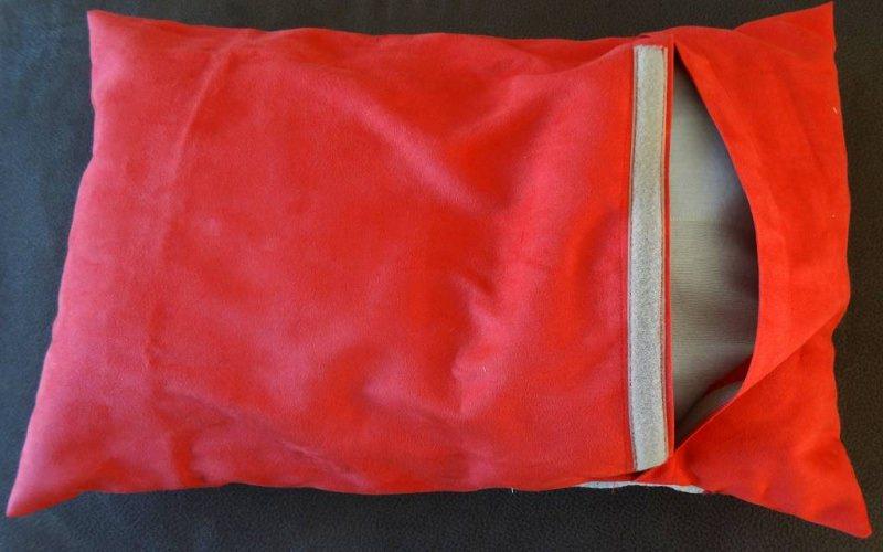 Kleinesbild - Hundekissen / Hundebett 40 x 40 mit Namen des Hundes auf einen Knochen gestickt. Bestehend aus Innenkissen und Bezug. Innenkissen mit Füllwatte oder Styroporkügelchen gefüllt