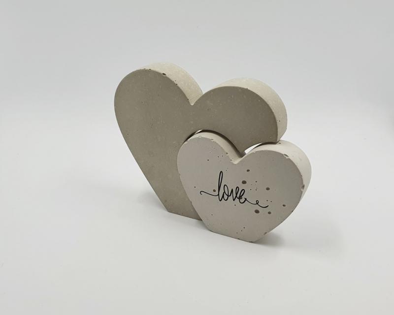 Kleinesbild - Herzen aus Beton 2er Set Herz in Herz Größe S beschriftet mit love