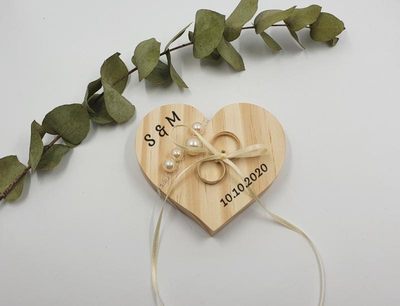 - Ringkissen Vintage Holzherz mit Perlen Initialien und Hochzeitsdatum - Ringkissen Vintage Holzherz mit Perlen Initialien und Hochzeitsdatum