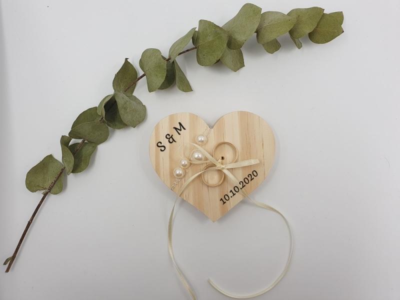 Kleinesbild - Ringkissen Vintage Holzherz mit Perlen Initialien und Hochzeitsdatum