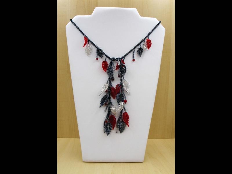 - Blätterkette aus 2,3mm Rocailles lang; rot-silber-blutstein  - Blätterkette aus 2,3mm Rocailles lang; rot-silber-blutstein