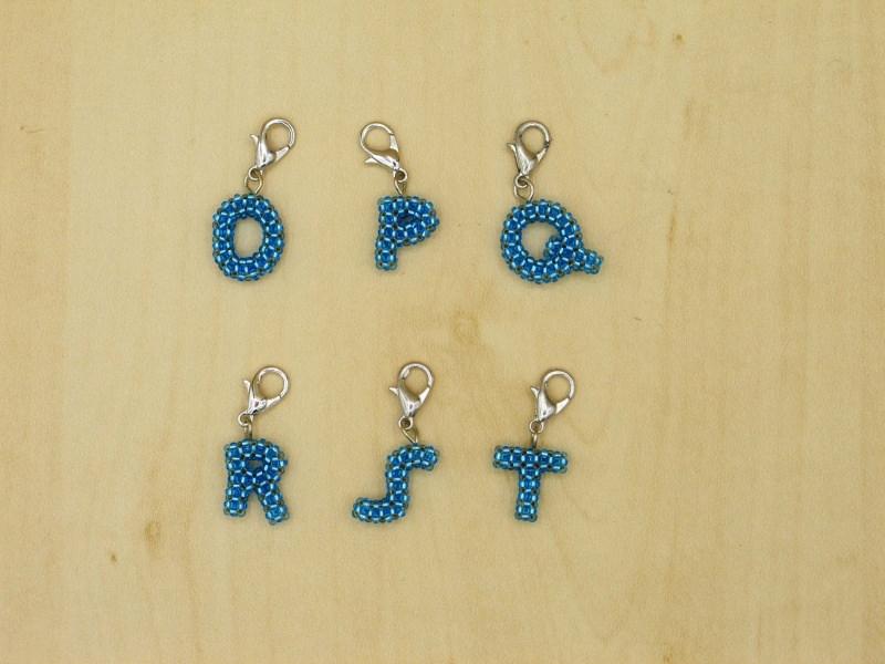 Kleinesbild - Buchstaben Charm aus 1,6mm großen Rocailles, türkis