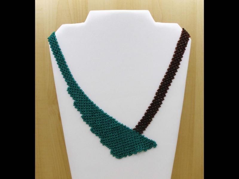 - Perlen-Netz-Collier asymmetrisch; petrol-braun - Perlen-Netz-Collier asymmetrisch; petrol-braun