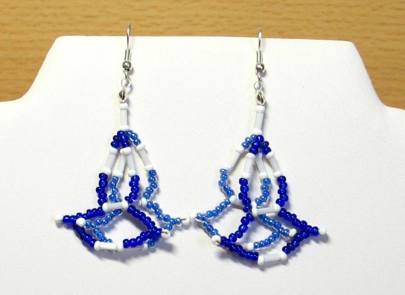- Ohrringe in Leiteroptik aus Rocailles und Stiftperlen, blau-weiß - Ohrringe in Leiteroptik aus Rocailles und Stiftperlen, blau-weiß
