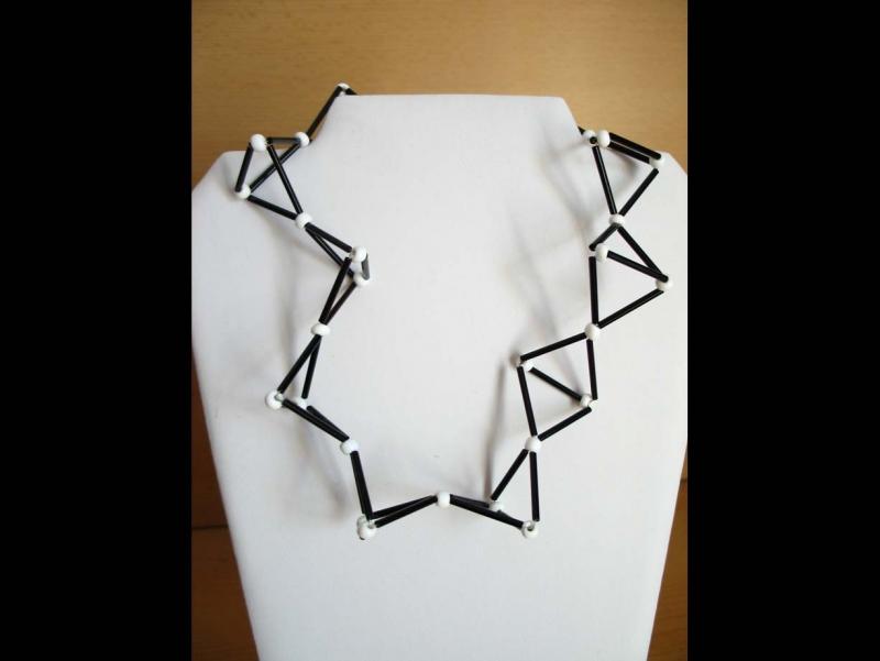 - Kette in Molekül Optik mit Stift- und Glasperlen; schwarz-weiß - Kette in Molekül Optik mit Stift- und Glasperlen; schwarz-weiß