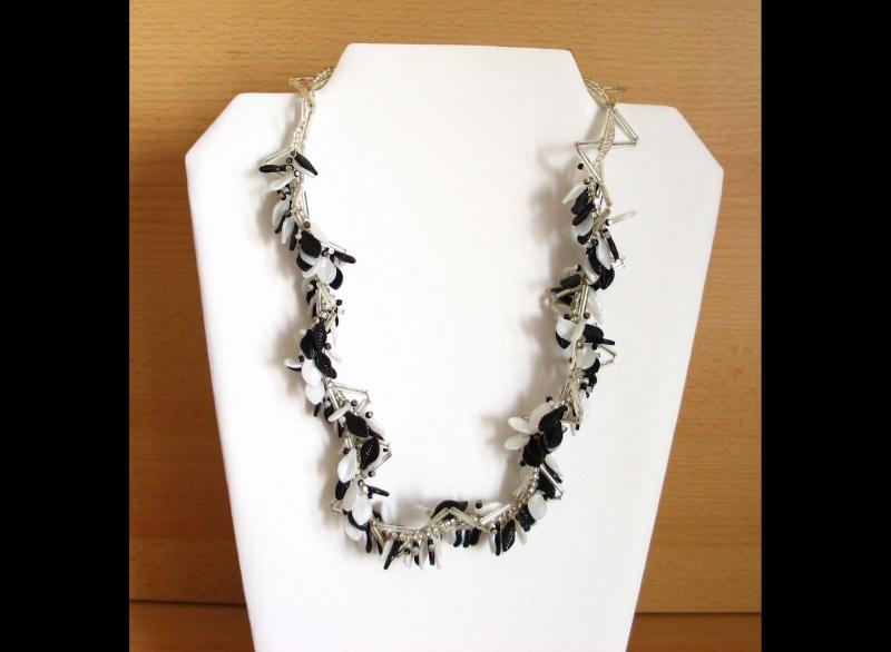- Blättertraum - Collier mit Blättern; schwarz-weiß-silber - Blättertraum - Collier mit Blättern; schwarz-weiß-silber