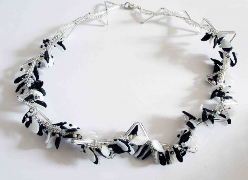 Kleinesbild - Blättertraum - Collier mit Blättern; schwarz-weiß-silber