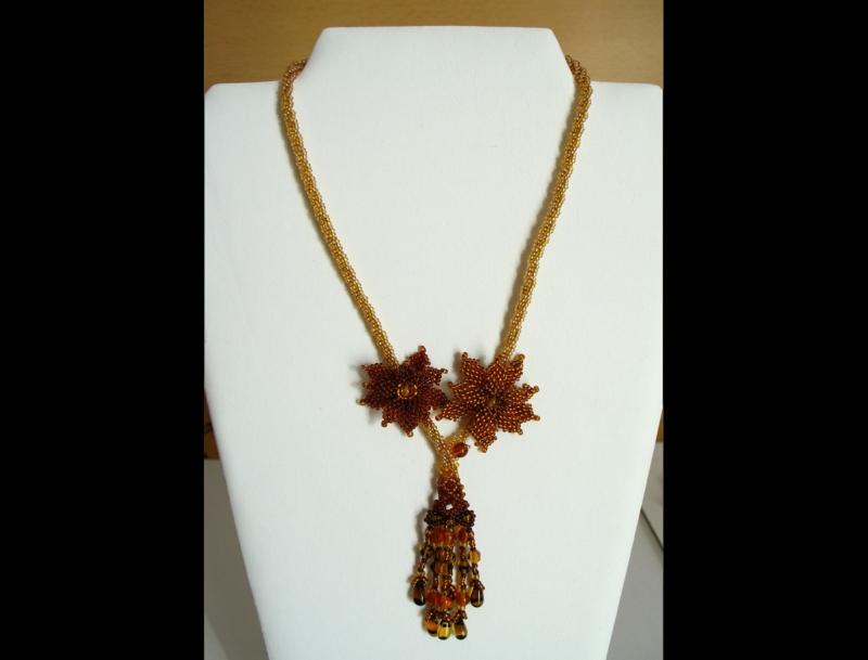- Kette mit Blüten und Fransen aus Rocailles und Glasperlen; braun-gold - Kette mit Blüten und Fransen aus Rocailles und Glasperlen; braun-gold