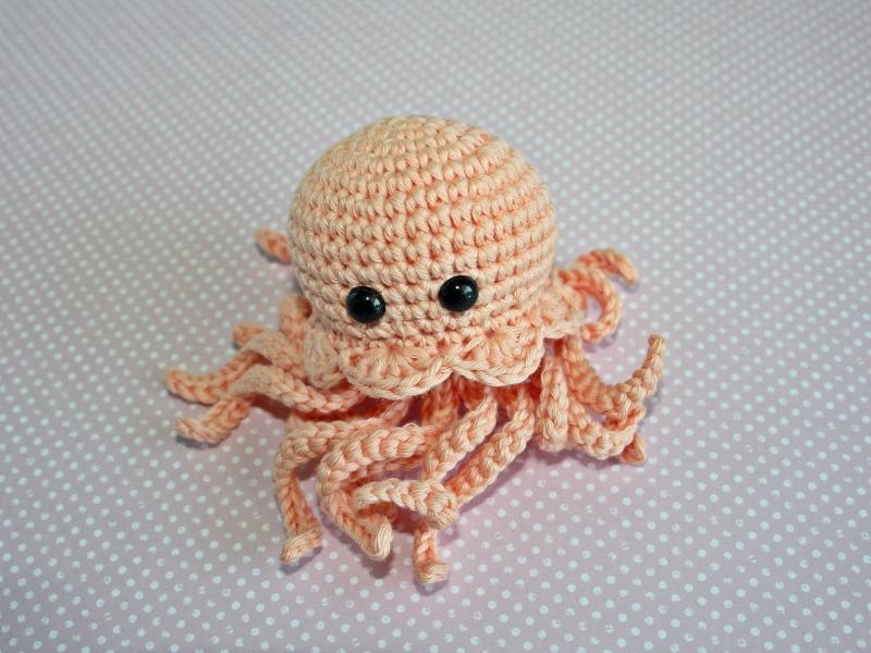 - Die kleine gehäkelte Meduse aus Bio-Baumwolle  Handarbeit  Farbe: pfirsich - Die kleine gehäkelte Meduse aus Bio-Baumwolle  Handarbeit  Farbe: pfirsich