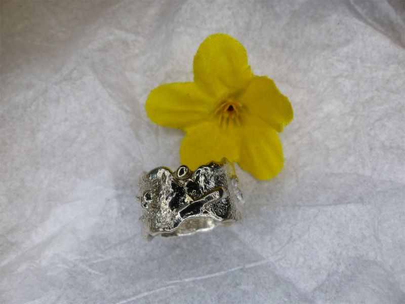 - stark strukturierter Ring XL mit Goldkugel - stark strukturierter Ring XL mit Goldkugel