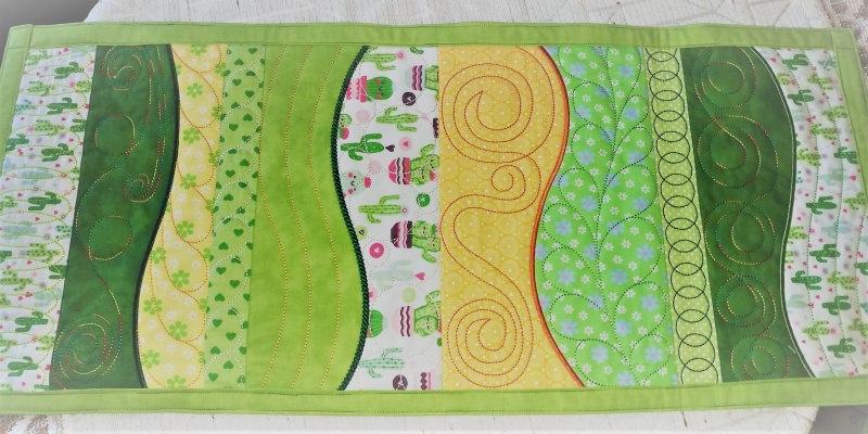 - handgefertigter Tischläufer in Grüntönen, gestickt und genäht - handgefertigter Tischläufer in Grüntönen, gestickt und genäht