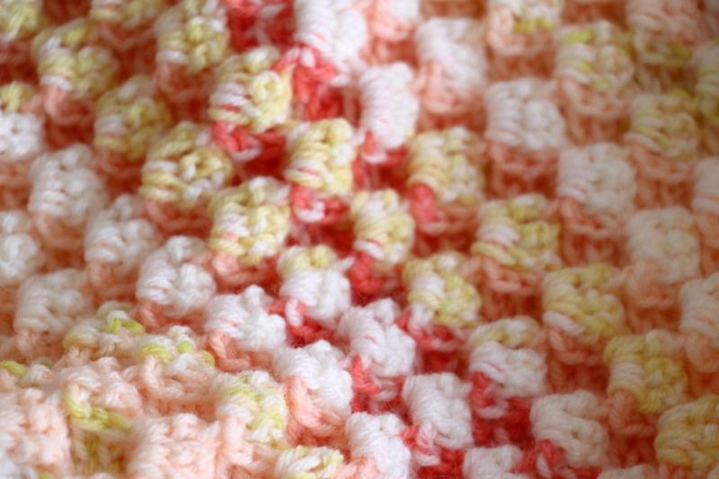 Kleinesbild - Babydecke zum Kuscheln, mit aufwendigem Muster gehäkelt, gelb/orange/rot
