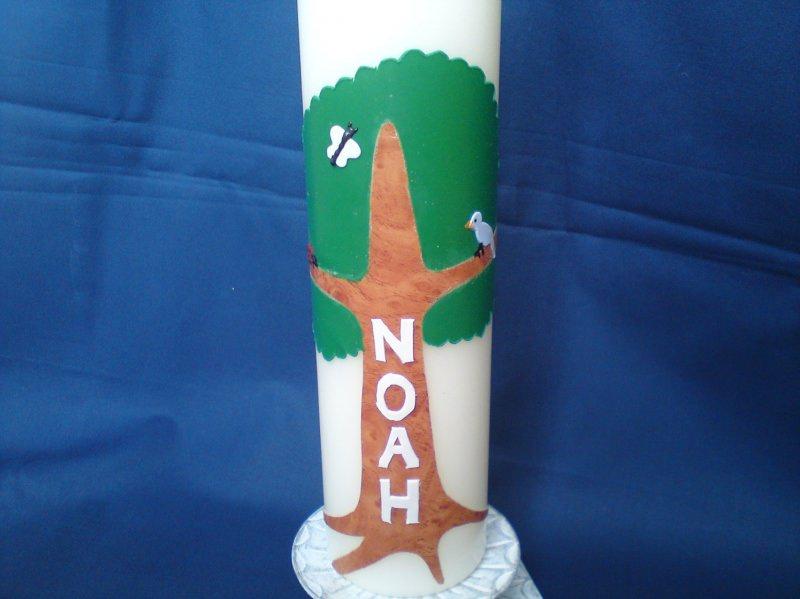 Kleinesbild - Taufkerze verziert mit einem Baum und dem Namen