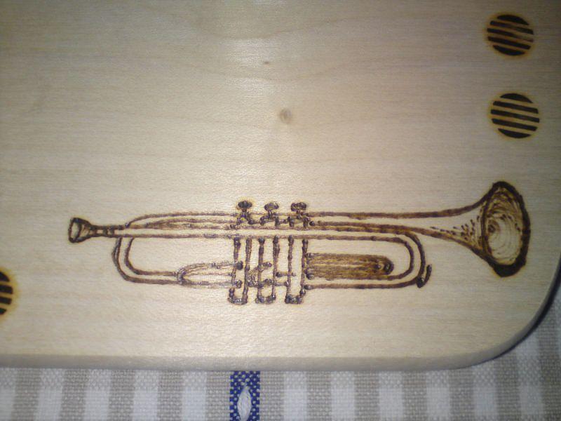Kleinesbild - Brettchen, bemalt mit Trompete oder anderem Instrument