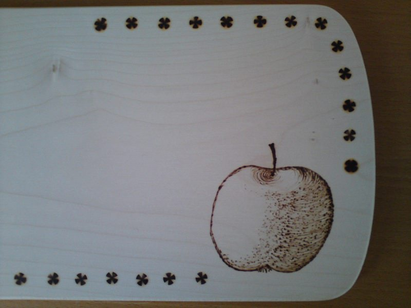 Kleinesbild - Mit Brandmalerei verziertes Brettchen, Motiv Apfel oder anderes Obst oder Gemüse