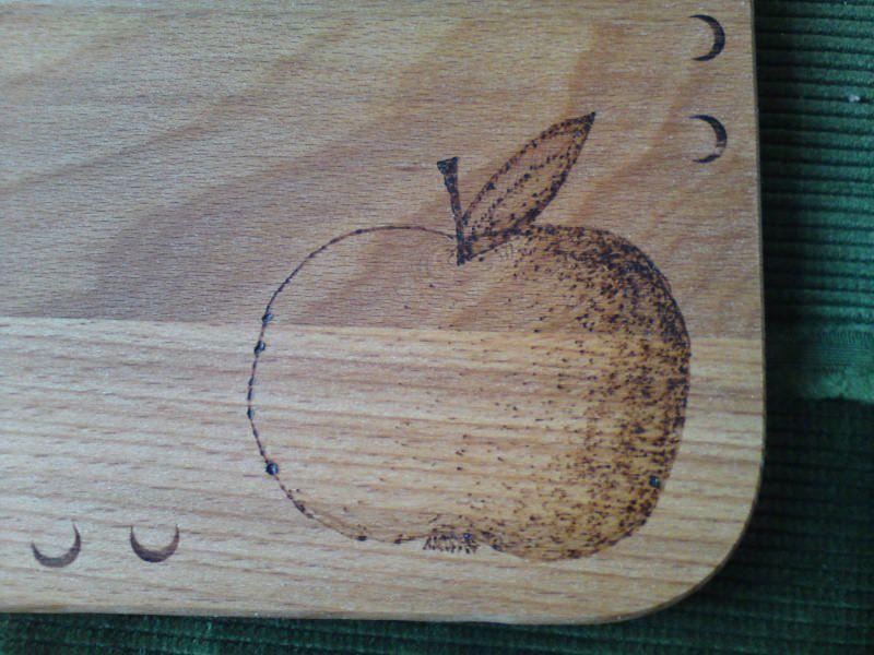 Kleinesbild - Frühstücksbrettchen bemalt mit einem Apfel und der Aufschrift -Guten Appetit-