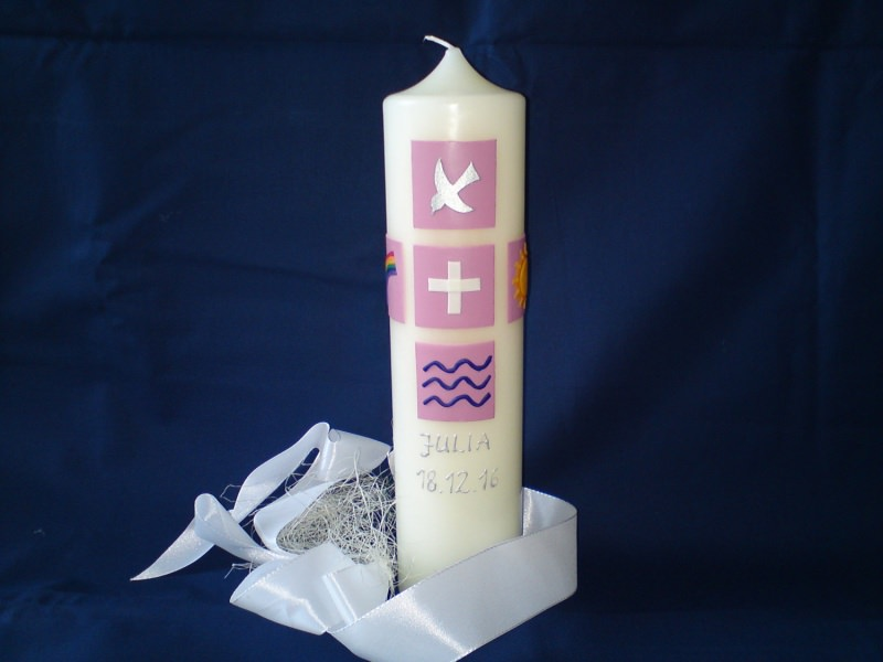 - Taufkerze, verziert mit christlichen Symbolen - Taufkerze, verziert mit christlichen Symbolen