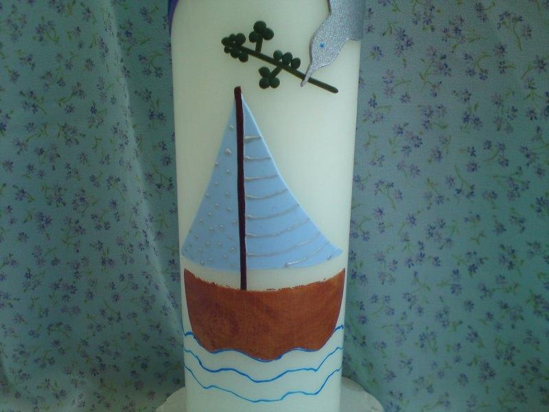 Kleinesbild - Bunte Taufkerze mit einem Regenbogen, einer Friedenstaube und einem Schiff