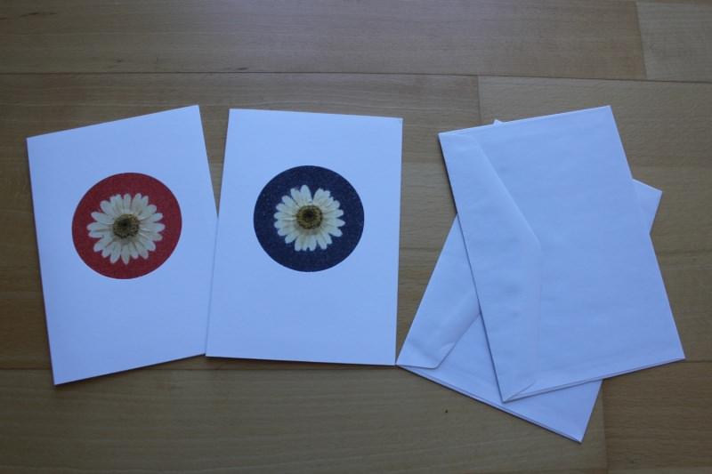 Kleinesbild - Grußkarten, verziert mit Margeriten und Sand in rot und blau