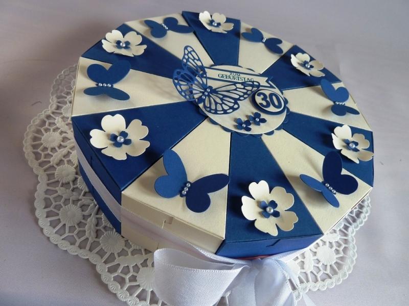 Kleinesbild - Große Schachteltorte / Geburtstagstorte / Geldgeschenk in blau/weiß 26 cm Ø *von IdeenOase*