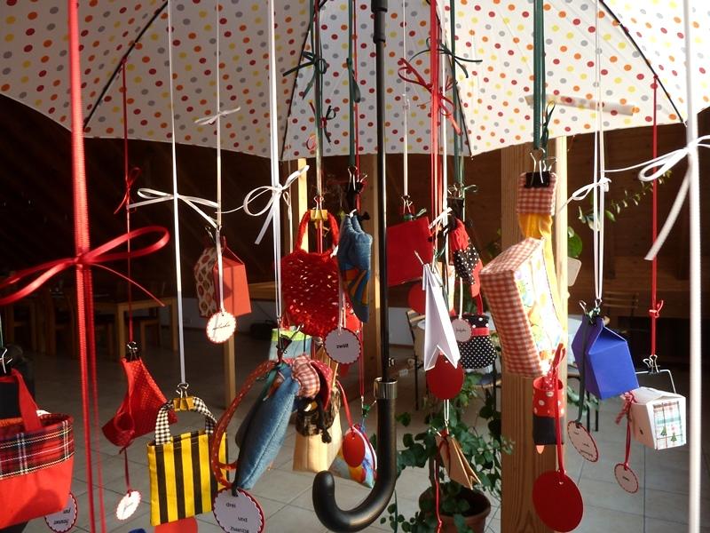 Kleinesbild - Adventskalender Schirm mit diversenTäschchen, Rucksack und Netz