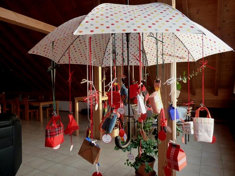 - Adventskalender Schirm mit diversenTäschchen, Rucksack und Netz  - Adventskalender Schirm mit diversenTäschchen, Rucksack und Netz