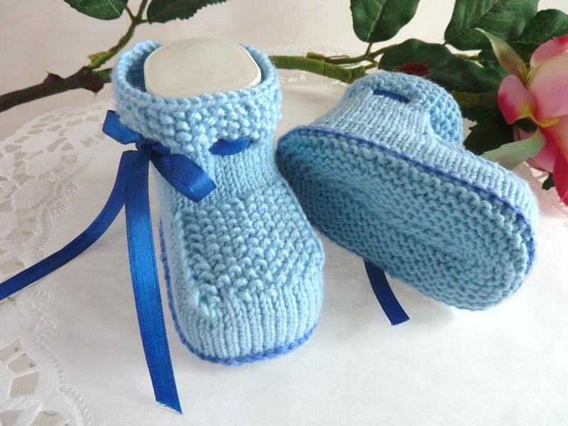 Kleinesbild - Babyschühchen für einen Jungen, handgestrickt im Perlmuster in hellblau Gr. 12/13 *von IdeenOase*