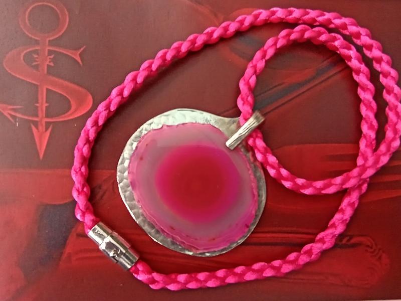 Kleinesbild -  Besteckschmuck einzigartiger Anhänger ♥ Achat pink am handeflochtenen Band mit Magnetverschluß + Verriegelungsmechanismus
