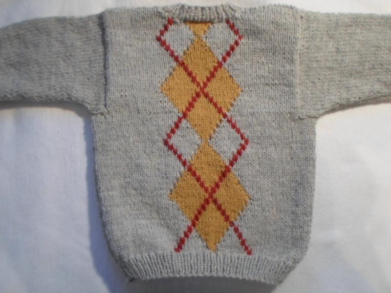 Kleinesbild - Gr.92/98 Pullover in beigegraumelange mit eingestrickten Jaquardmustern in gurrygelb und rot handgestrickt