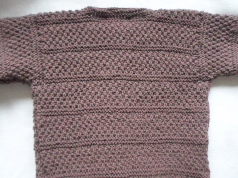 Kleinesbild - Gr.110/116 Strickjacke in mauve (dunkelrosenholz) aus strapazierfähiger Wolle handgestrickt