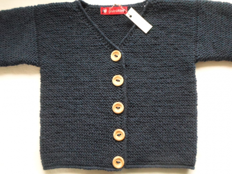Kleinesbild - Gr.104/110 Strickcardigan für Kinder mit V-Ausschnitt in marineblau aus strapazierfähiger Wolle kraus rechts handgestrickt