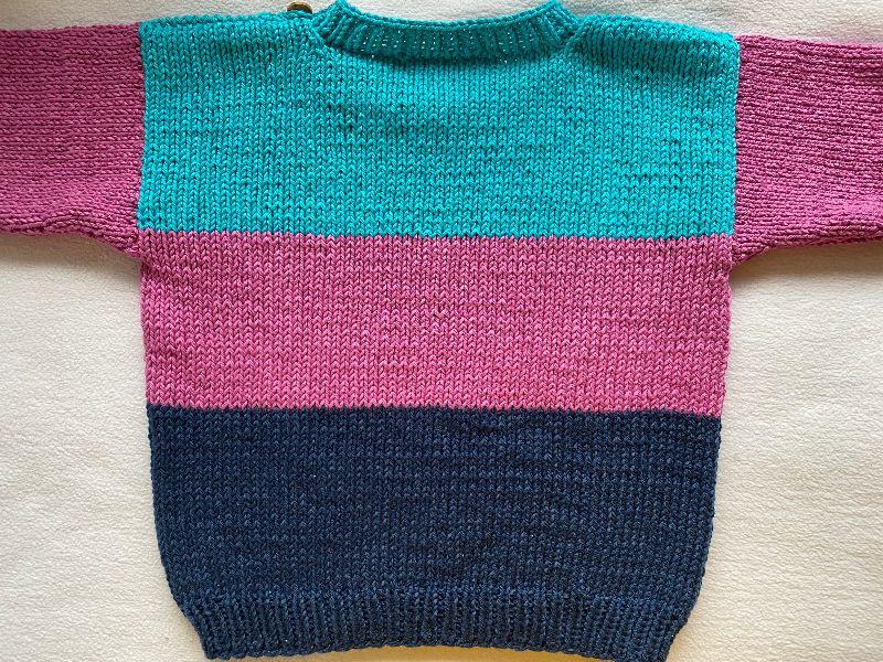 Kleinesbild - Gr.92/98 Sommerpullover für Kinder mit drei Blockstreifen in den Farben dunkelblau, pink und türkis aus reiner, hautfreundlicher Baumwolle glatt rechts handgestrickt